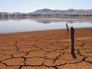 Since the 1970s, southern Australia has been experiencing declining rainfall in the fall and winter, creating scenes like this one in a 2007 photograph at Lake Hume. (Creative Commons/ Suburbanbloke)